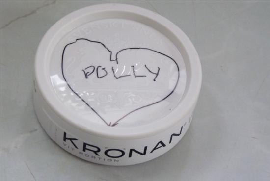"""För att riktigt gotta sig i mina kraftigt inskränkta framtida privilegier så skriver Rom-Rom """"Hjärta Polly"""" till och med på snusdosan."""