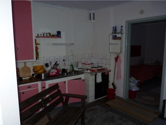 Undrar varför köket ska rivas förresten - var ska då våra smaskingar förvaras när vi är på jobbet?