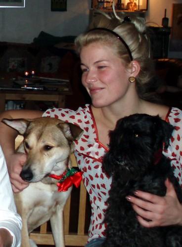 Julen 2006 var inte att leka med - det var lätt värt att ha typ Skandinaviens fulaste rosett runt halsen bara för att få sitta med vid julbordet. Exakt alla gav mig mat och beklagade att jag aldrig fått vara med och fira jul förut, julen är det bästa med svenneland. Det borde vara jul jämt.