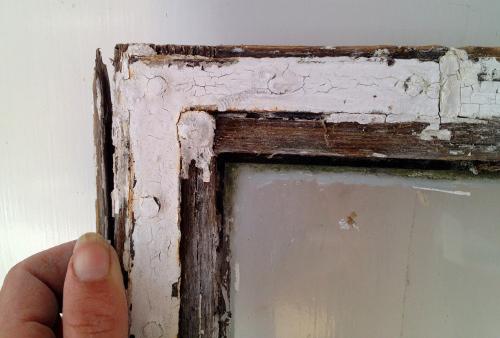 Gula husets fönster behöver en del omvårdnad. Jag brukar hjälpa morsan genom att trampa runt färgsmul och kittklumpar på golvet i verkstan.