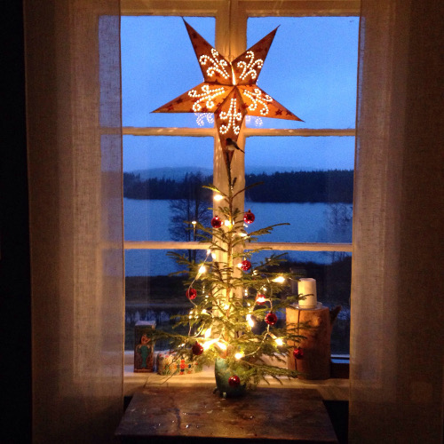 Julledigt i Kalland är av godo. Vi eldar och tittar på medan sjön fryser.
